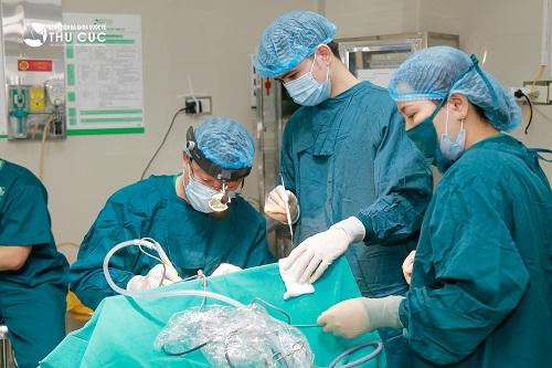 Bệnh viện Thu Cúc có đội ngũ bác sĩ chuyên khoa Tai Mũi Họng giỏi, trên 30 năm kinh nghiệm trực tiếp phẫu thuật cắt amidan