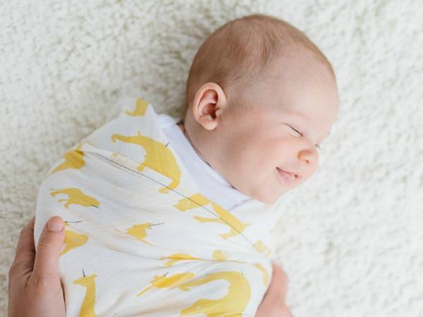Nên quấn khăn cho bé đỡ giật mình khi ngủ