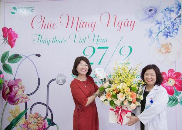 Chị Lê Thị Thúy Mai - Giám đốc Marketing tặng hoa chúc mừng lãnh đạo bệnh viện