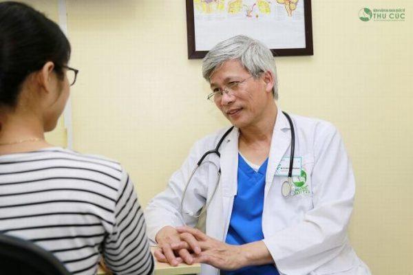 Tiến sĩ, bác sĩ Nội thần kinh Nguyễn Văn Doanh đang thăm khám cho bệnh nhân tại bệnh viện ĐKQT Thu Cúc