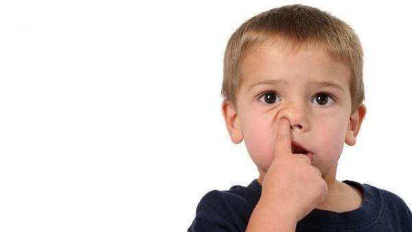 Thói quen ngoáy mũi, vệ sinh đường mũi không đúng cách, phù nề niêm mạc mũi
