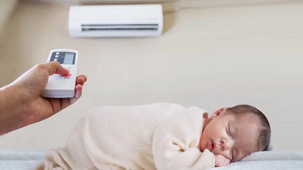 Mẹ cần điều chỉnh nhiệt độ hợp lý khi cho bé nằm điều hòa