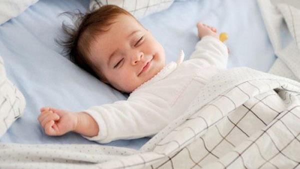 Nên đắp chăn mỏng ngang bụng khi con nằm ngủ điều hòa