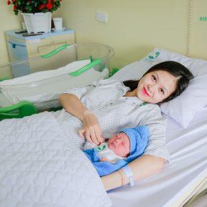 """Á khôi Huyền Giang sinh con và câu chuyện """"đẻ thường nhanh như chớp"""""""