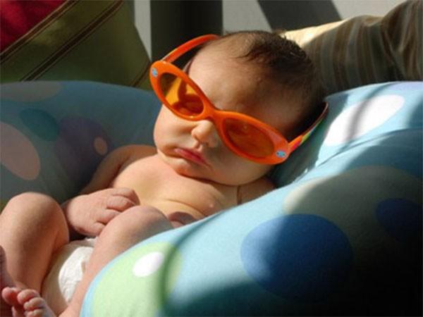 Nếu ba mẹ muốn cho bé tắm nắng, hãy chọn thời điểm ánh nắng tương đối yếu trong ngày lúc 6h-9h sáng và sau 4h-5h chiều.
