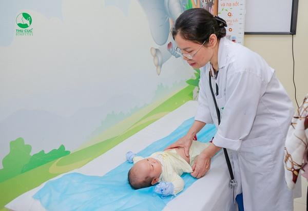 Nếu bé chậm tăng cân mẹ nên đưa con đi khám để được bác sĩ tư vấn những lời khuyên hữu ích nhất