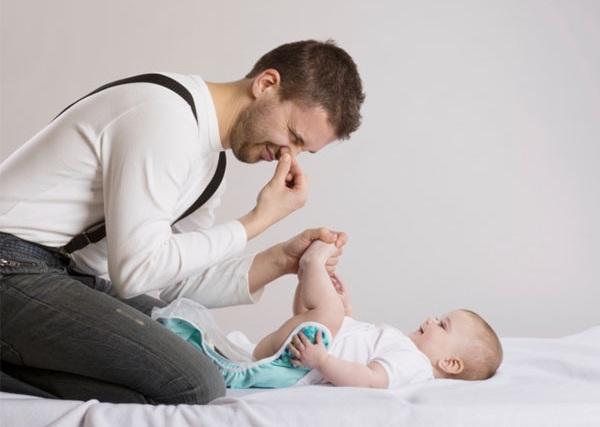 Trẻ sơ sinh đi ngoài có bọt khiến ba mẹ lo lắng