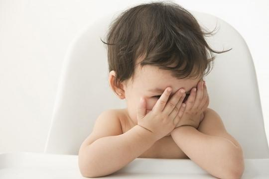 Mút tay còn thể hiện sự nhút nhát thiếu tự tin ở trẻ