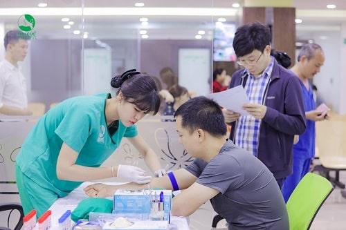 Lấy máu là bước xét nghiệm đầu tiên khi khám sức khỏe