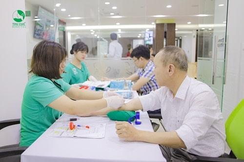 Bác sĩ tại Bệnh viện ĐKQT Thu Cúc lấy máu rất nhẹ nhàng