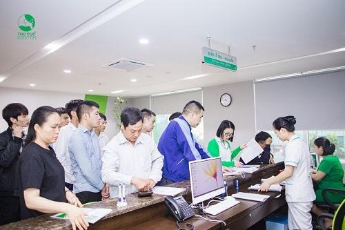 Cán bộ nhân viên công ty Elife & Realtime kiểm tra thônag tin tại quầy lễ tân