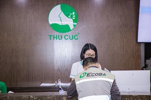 Nhân viên lao động Ecoba được nhân viên lễ tân hướng dẫn điền thông tin vào hồ sơ khám bệnh