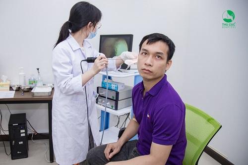 Bác sĩ thực hiện nội soi tai mũi họng cho nhân viên công ty Ecoba