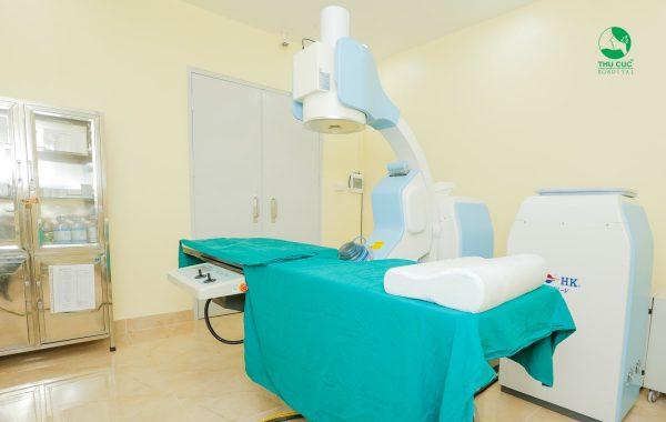 Bệnh viện Thu Cúc trang bị máy tán sỏi ngoài cơ thể thế hệ mới, sử dụng sóng xung kích với tần số lớn, đảm bảo sự an toàn tối đa cho nhu mô thận cùng các bộ phận khác trên cơ thể.
