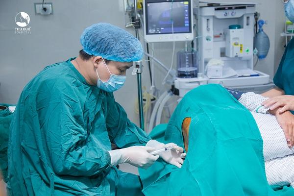 Bệnh nhân được đưa bệnh nhân về phòng mổ vô khuẩn 1 chiều khép kín, và tiến hành gây mê tủy sống trước khi tán sỏi nội soi bằng laser.