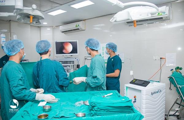 Thực hiện phẫu thuật nội soi tán sỏi niệu quản bằng laser tại Thu Cúc.