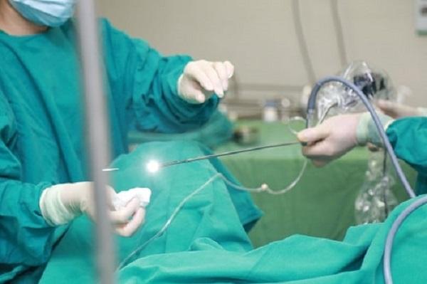 Điều trị sỏi bàng quang bằng phương pháp tán sỏi nội soi ngược dòng bằng laser tại bệnh viện Thu Cúc.