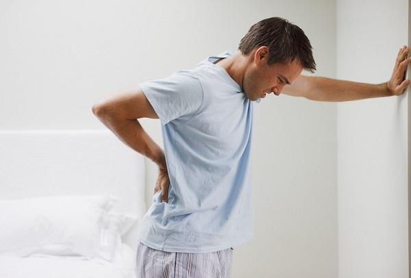 Viêm đường tiết niệu ở nam giới thường có các triệu chứng: tiểu buốt, tiểu rắt, thậm chí tiểu ra máu..