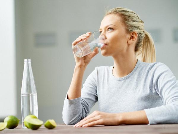 Uống đủ 2-3 lít nước mối ngày là biện pháp phòng tránh đầu tiên khỏi sỏi niệu quản