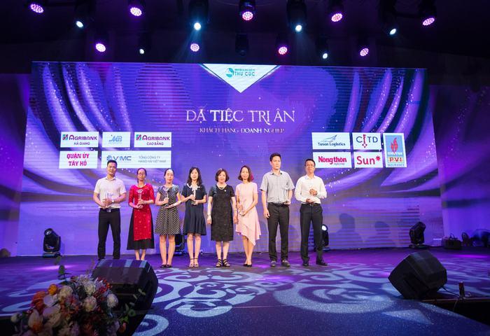 Giám đốc Bệnh viện ĐKQT Thu Cúc - Tiến sĩ, bác sĩ Nguyễn Phạm Ý Nhi trao kỉ niệm chương vinh danh các doanh nghiệp là đối tác lâu năm của Thu Cúc