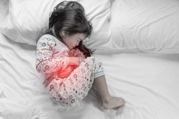 trẻ bị viêm dạ dày do vưa ăn vừa xem ti vi