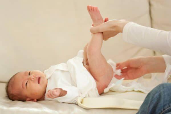 trẻ 1 đến 2 tháng tuổi đi ngoài nhiều lần có chất nhầy