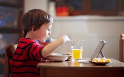 Trẻ bị viêm dạ dày do vừa ăn vừa xem tivi