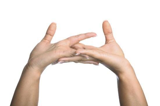 bẻ tay có thể gây bệnh cơ xương khớp