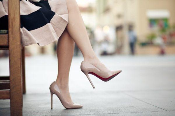 Đi giày cao gót có thể gây bệnh cơ xương khớp. (ảnh minh họa)