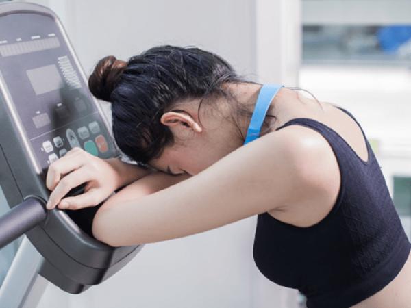 Giảm cân quá nhạnh có thể khiến bạn dễ bị loãng xương. (ảnh minh họa)