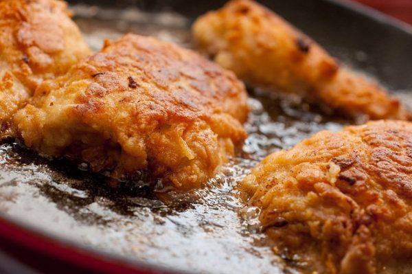 Người bị trào ngược dạ dày thực quản nên hạn chế ăn đồ thực phẩm chứa nhiều dầu, mỡ