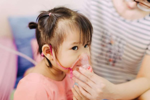 dấu hiệu trẻ bị viêm phổi là ho, khò khè, khó thở