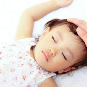 Trẻ bị sốt và nổi mẩn trên người là bệnh gì?