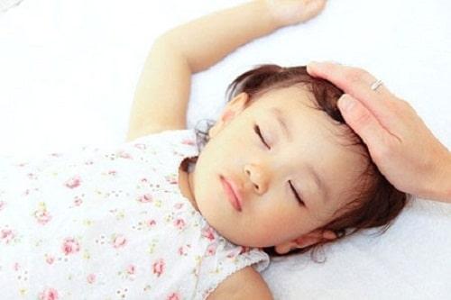 Trẻ bị sốt và nổi mẩn trên người có thể đang gặp phải một số bệnh mà ba mẹ không biết.