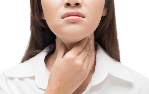 bị nghẹn ở cổ họng và ợ hơi là biểu hiện của bệnh gì