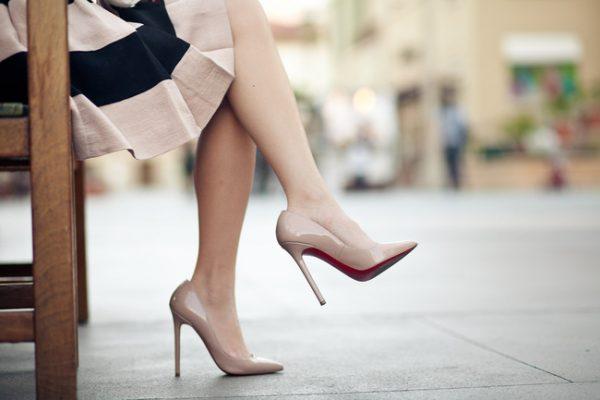 Mang giày cao gót thường xuyên dễ gây bệnh cơ xương khớp. (ảnh minh họa)