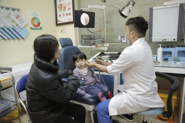 Chẩn đoán và điều trị bệnh viêm tai giữa tiết dịch ở trẻ em tại Hệ thống y tế Thu Cúc - uy tín, chuyên nghiệp, hiệu quả, an toàn cho trẻ. (ảnh minh họa)