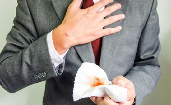 ho ra máu có thể là dấu hiệu của bệnh phổi