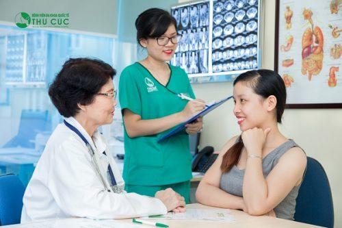 Khi bị trào ngược dạ dày thực quản bạn nên đi thăm khám với bác sĩ. (ảnh minh họa)