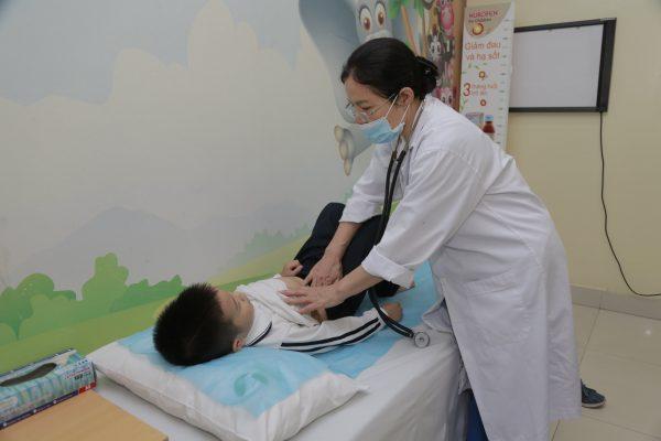 Khi bé bị sốt, mẹ nên áp dụng các biện pháp chườm ấm và đưa bé đi thăm khám với bác sĩ để được tư vấn và có biện pháp xử lý an toàn nhất. (ảnh minh họa)