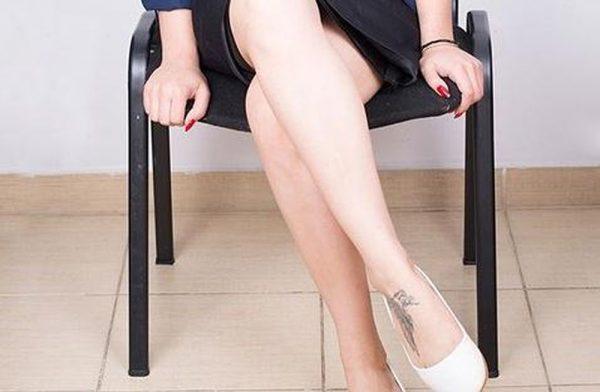 Ngồi lâu, ngồi chéo chân dễ gây bệnh cơ xương khớp. (ảnh minh họa)