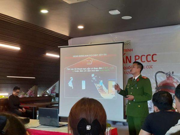 Giảng viên Công An quận Tây Hồ - Thượng úy Nguyễn Thành Trung chia sẻ các kiến thức bổ ích về hoạt động phòng cháy chữa cháy.