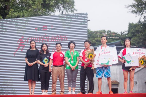 <em>Đại diện của Hệ thống y tế Thu Cúc, Bà Lê Thị Thúy Mai - Giám đốc Marketing lên trao giải cho các vận động viên đạt thành tích tốt nhất trong giải chạy.</em>