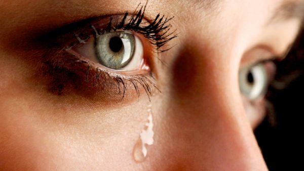 Chảy nước mắt khi xem điện thoại là biểu hiện của bệnh gì