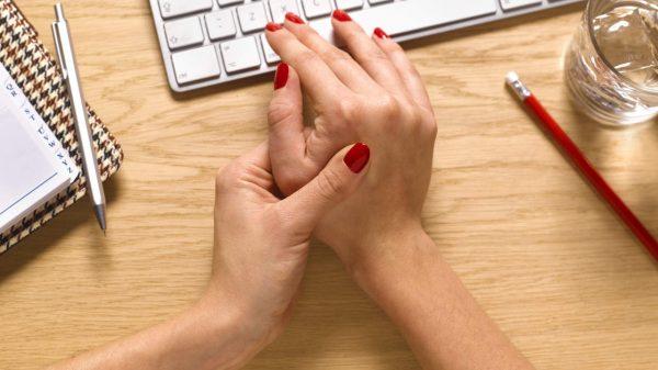 Đau khớp ngón tay do nguyên nhân nào?