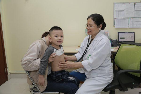 khám cho trẻ sốt mọc răng tại Thu Cúc