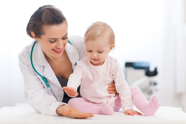 Cha mẹ có thể tham khảo bác sĩ thời điểm thích hợp cho trẻ ăn dặm (ảnh minh họa)