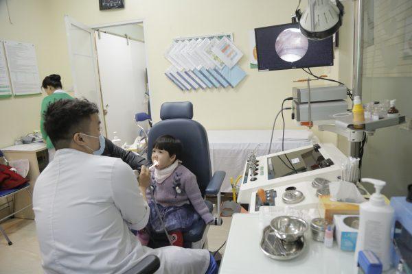 trẻ bị viêm họng nên cho con đi thăm khám với bác sĩ