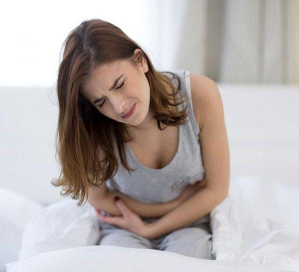 Đau bụng là triệu chứng đầu tiên và điển hình khi bị ngộ độc thực phẩm.