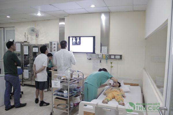 Đưa nạn nhân tới bệnh viện sau khi sơ cứu cầm máu